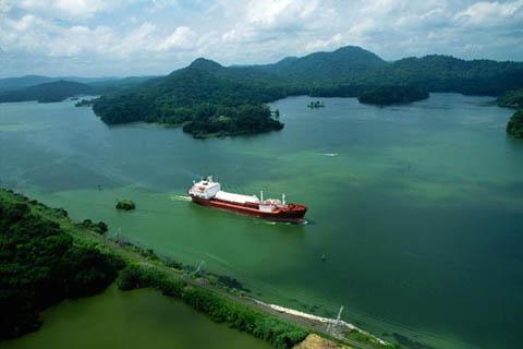 Il Canale di Panama. Il canale è attraversato ... 6c79514133cd
