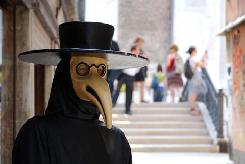 Tutti questi erano considerati mezzi di protezione indispensabili per non  venire contagiati. Altro costume tipico delle maschere veneziane è quello a  righe ... ad110f26ccdb
