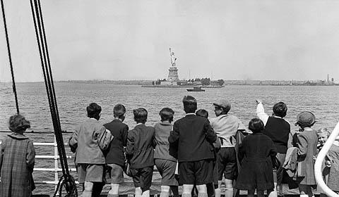 Risultati immagini per immagini d'epoca della statua della libertà